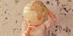 Kobieta trzyma globus w rękach