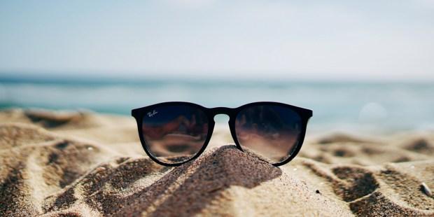Okulary leżą na piasku na plaży
