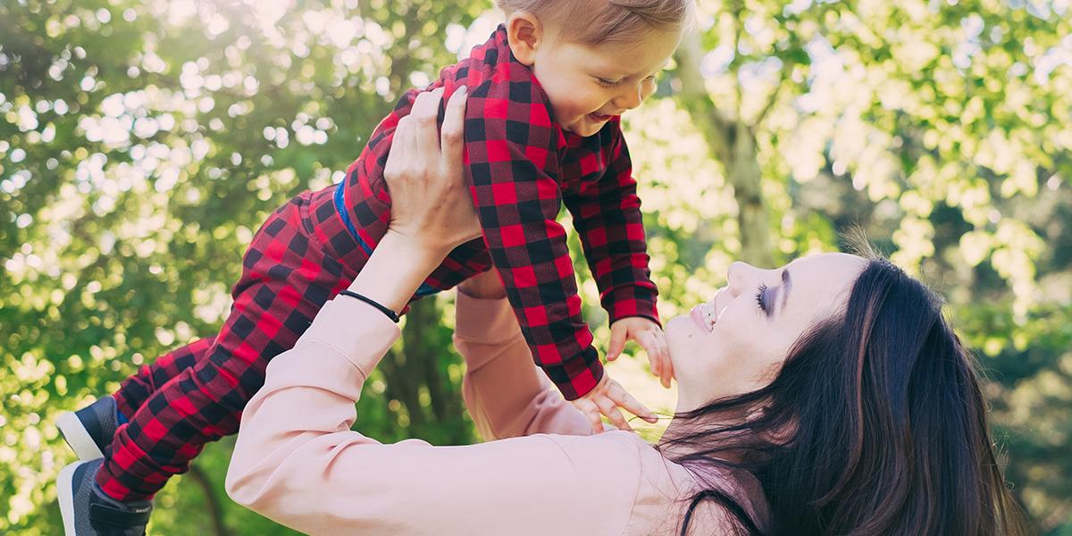 Matka trzyma na rękach swojego syna