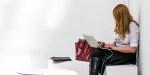 Kobieta pracuje w jasnym, minimalistycznym biurze