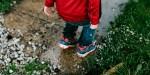 Chłopiec wskakuje w kałużę