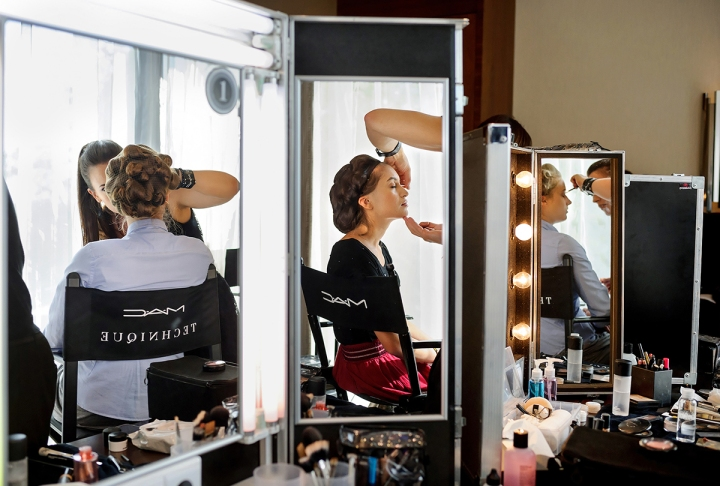 Makijażyści marki Mac Cosmetics zadbali o perfekcyjny make up.