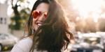Uśmiechnięta kobieta w okularach o poranku