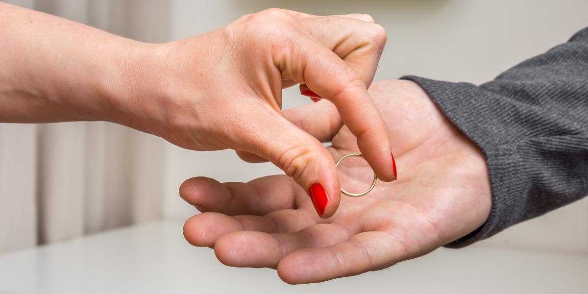 Kobieta oddaje obrączkę