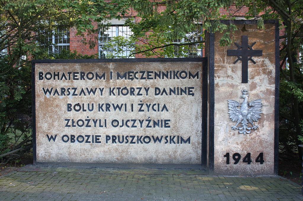Pomnik w Zakładach Naprawczych Taboru Kolejowego w Pruszkowie; Grzegorz Gołębiowski - Praca własna; CC BY-SA 3.0 pl