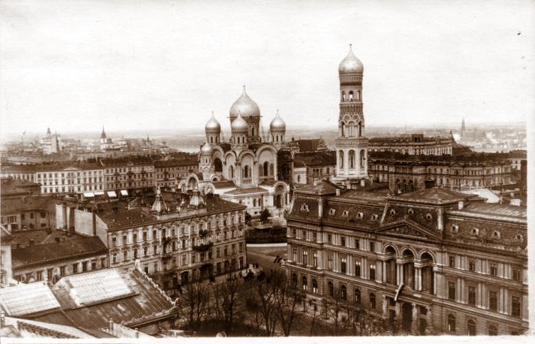 Sobór Aleksandra Newskiego na tle zabudowy Warszawy.