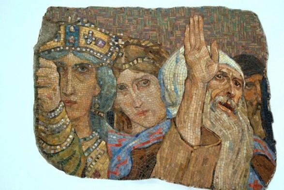 Fragment głównej mozaiki ołtarzowej autorstwa Wiktora Wasniecowa - Uwielbienie Maryi. Został on zachowany przed zburzeniem i obecnie znajduje się na schodach wydziału architektury Politechniki Warszawskiej. Po lewej: cesarz Konstantyn.