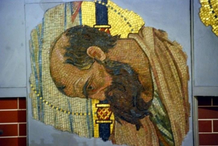 Ocalałe fragmenty mozaiki Wiktora Wasniecowa - głowy apostołów. Obecnie umieszczone w cerkwi św. Marii Magdaleny na warszawskiej Pradze.