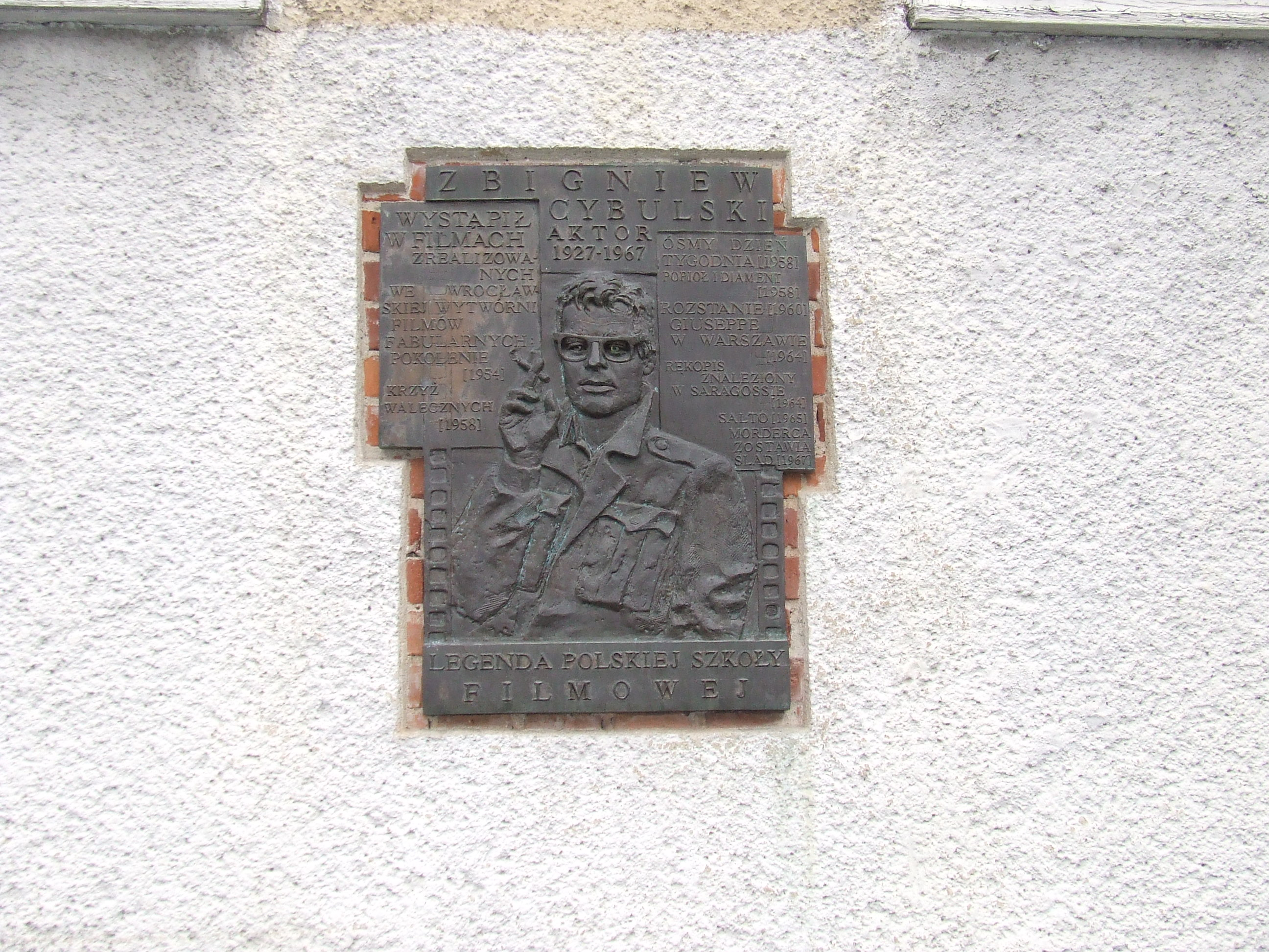 Pamiątkowa tablica poświęcona Zbyszkowi Cybulskiemu  na budynku dawnej Wytwórni Filmowej we Wrocławiu, obecnie CeTa, fot. J. Tokarczyk