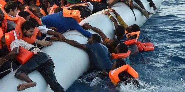 Uchodźcy ratują się przed utonięciem
