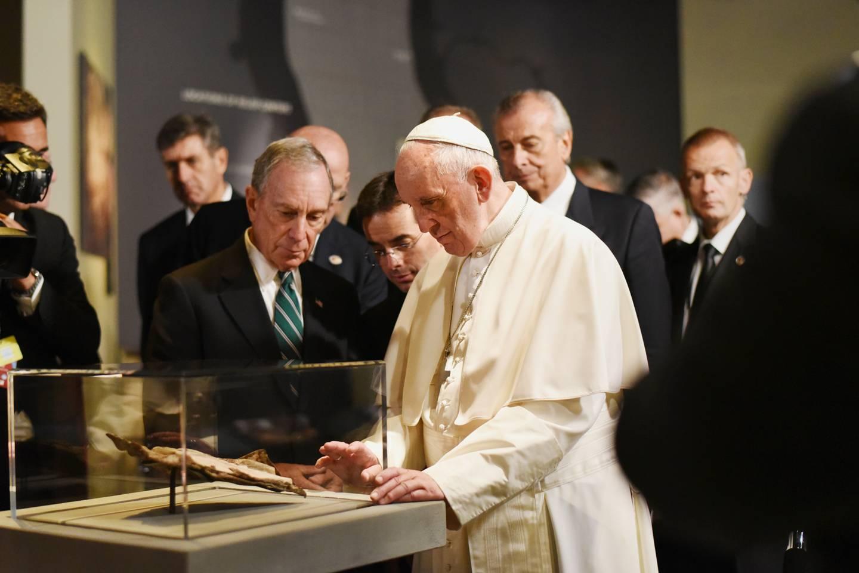 Papież Franciszek przygląda się odnalezionej w gruzach Biblii wtopionej w stalową bryłę podczas ataku terrorystycznego na World Trade Center – Narodowe Muzeum Pamięci 11 września, Nowy Jork