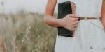 KOBIETA Z BIBLIĄ