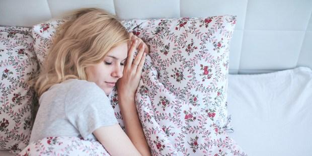 KOBIETA ŚPI W ŁÓŻKU