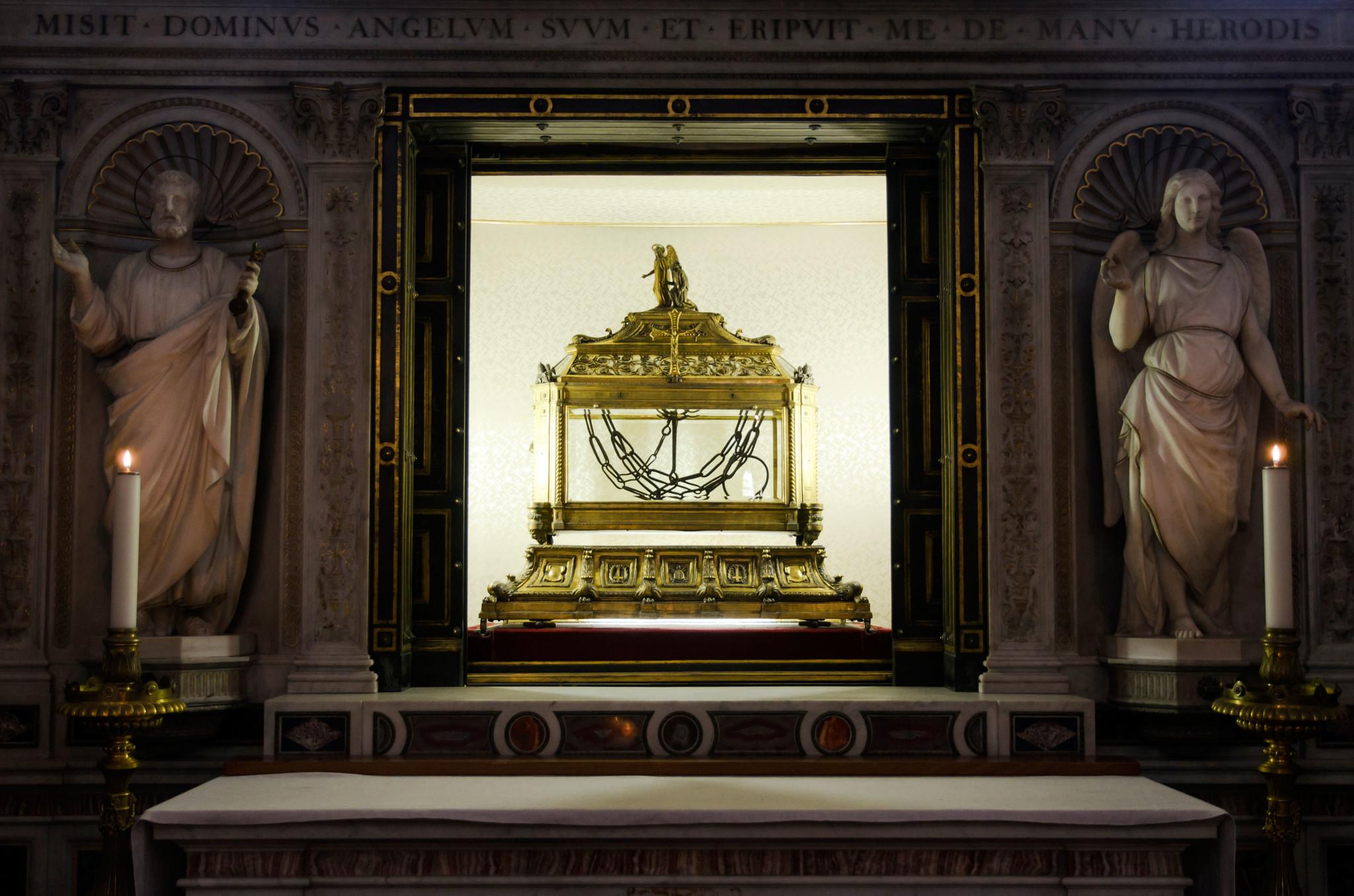 Relikwiarz zawierający łańcuchy, w które miał być zakuty święty Piotr w bazylice Świętego Piotra w Okowach w Rzymie.