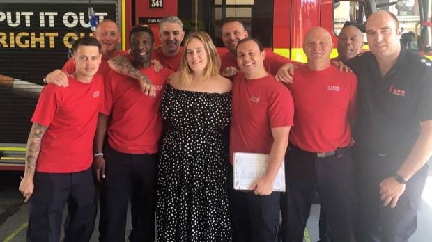 Adele ze strażakami