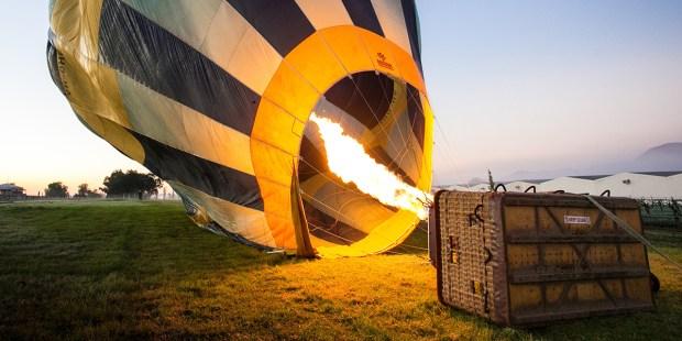 Balon napełnia się gorącym powietrzem