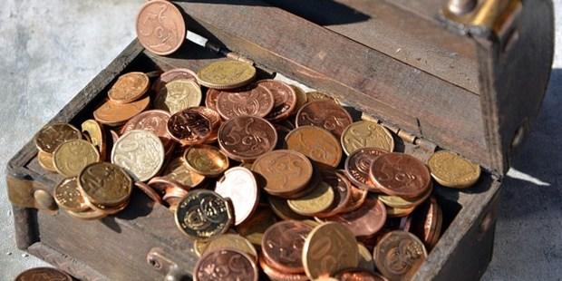 Skrzynia wypełniona monetami