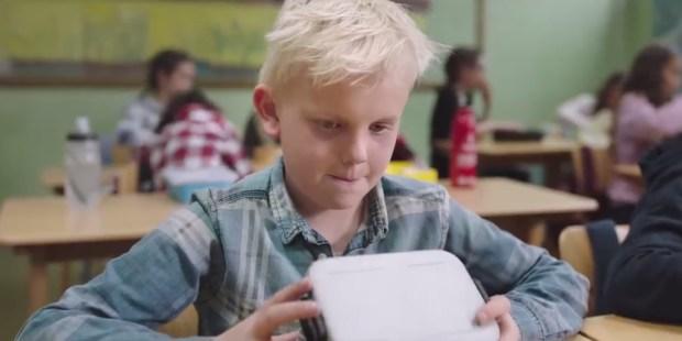 Chłopiec patrzy do pustego pudełka na kanapki