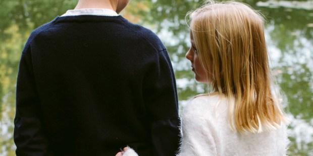 Dziewczynka przytula się do starszego brata