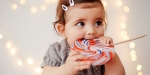 Dziecko jedzące lizaka