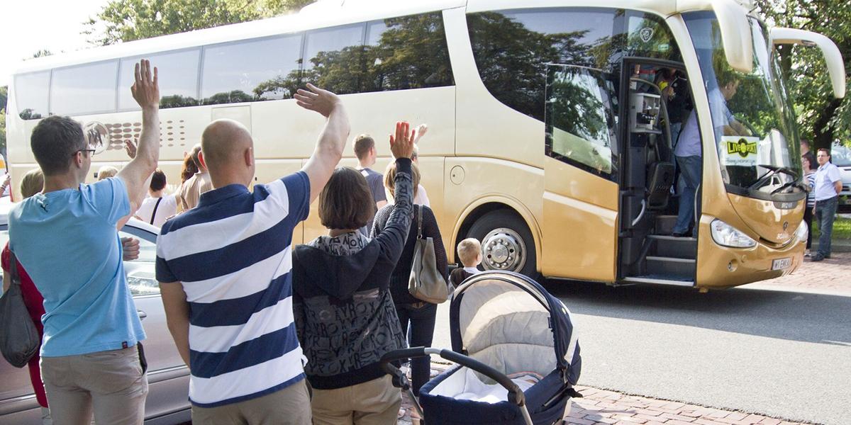 Rodzice machają swoim dzieciom na pożegnanie