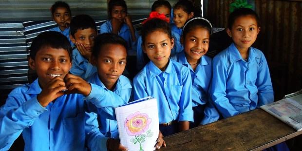 Uśmiechnięte dzieci w szkole w Nepalu