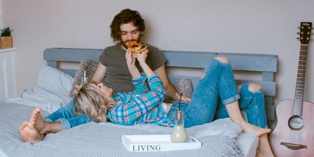 Para leży na łóżku