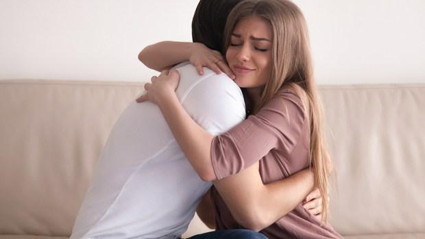 Para przytula się na kanapie