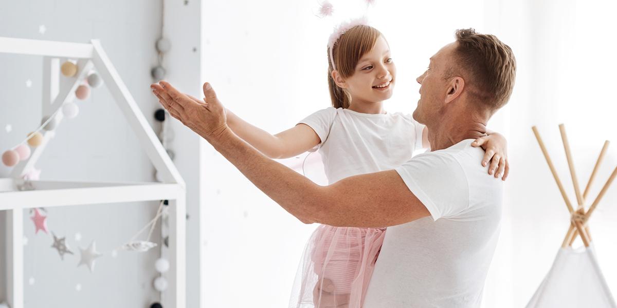 Tata tańczy z córką