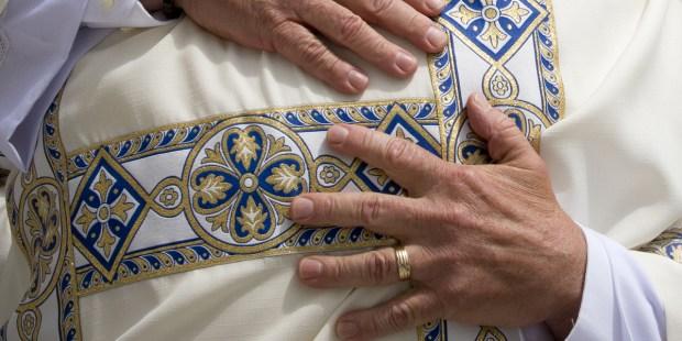 Ręce diakona z obrączką na palcu