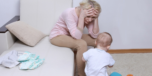 Matka z depresją poporodową patrzy na swoje dziecko