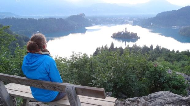 Dominika siedzi na ławce nad jeziorem