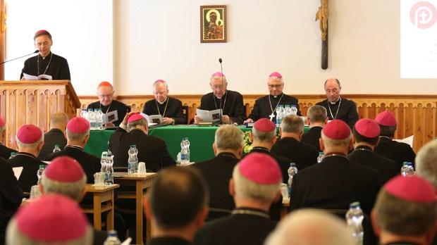 Biskupi podczas plenarnego zebrania
