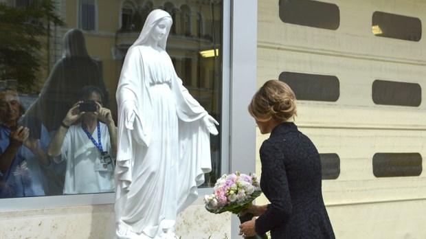 Melania Trump przed figurą Maryi