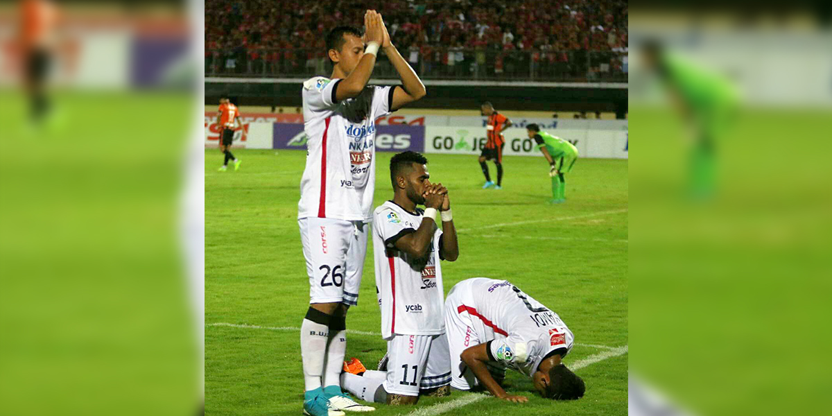 Piłkarze FC Bali modlą się na boisku