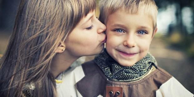 Dziewczynka całuje chłopca ubranego w strój rycerza