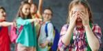 Dzieci naśmiewają się ze swojej koleżanki z klasy