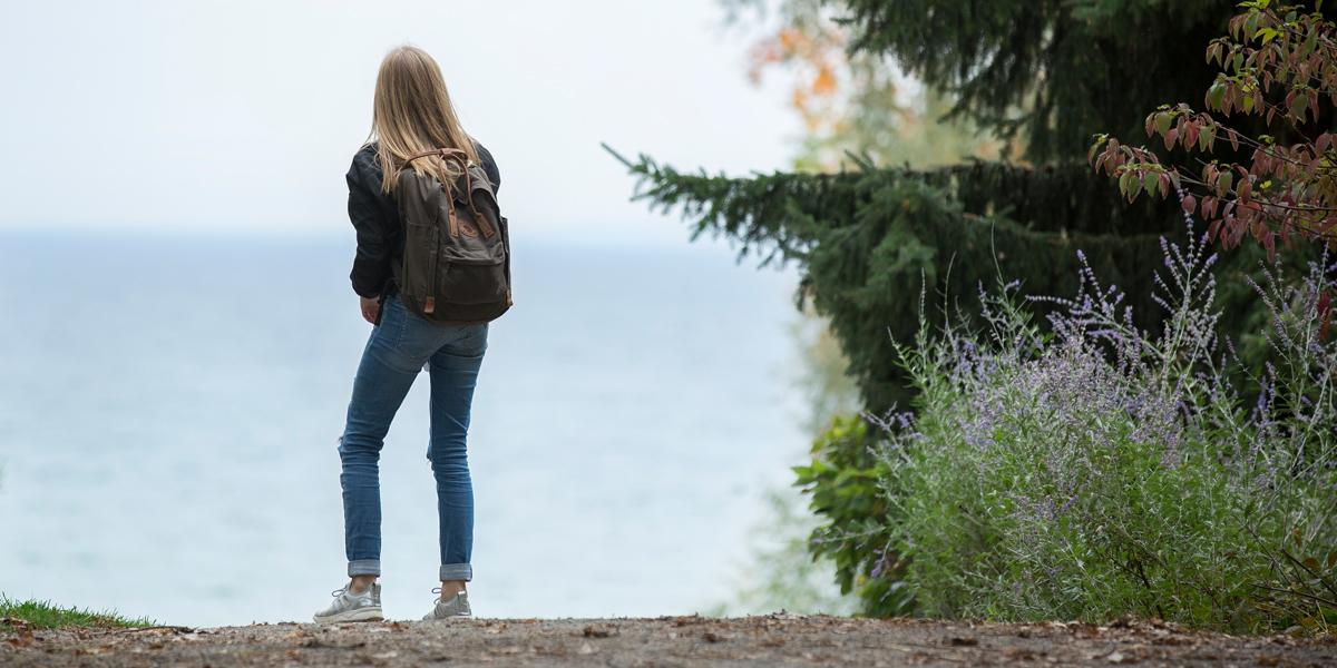 Dziewczyna wpatruje się w jezioro