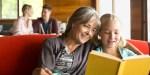 Babcia czyta książkę z wnuczką