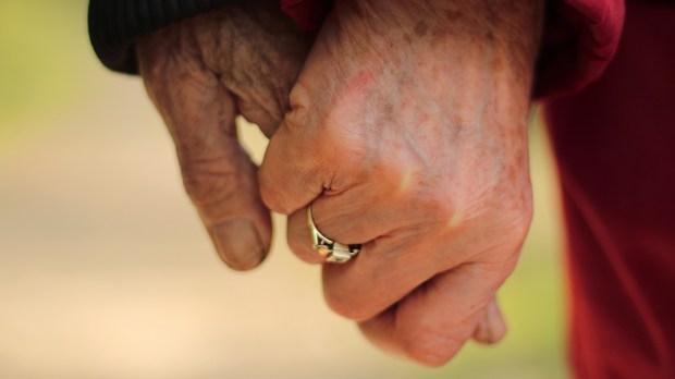 Dwoje starszych ludzi trzyma się za ręce