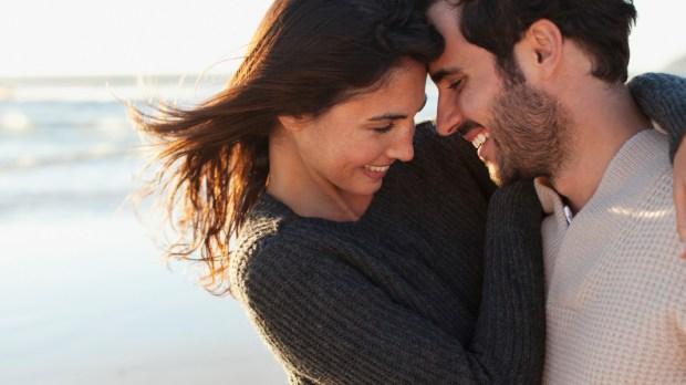 Szczęśliwa para nad brzegiem morza