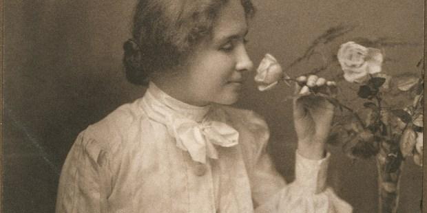 Helen Keller wącha kwiaty