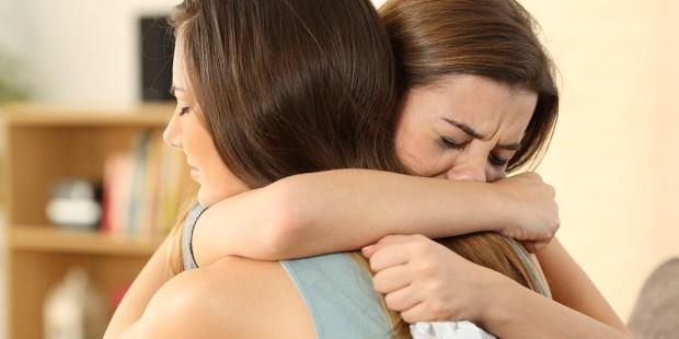 Kobieta pociesza przyjaciółkę