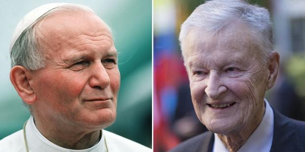 Z lewej Jan Paweł II, z prawej Zbigniew Brzeziński