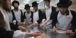 Żydzi przygotowują macę na Paschę