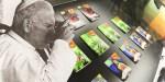 Jan Paweł II pijący kavę, po prawej półka z dopalaczami