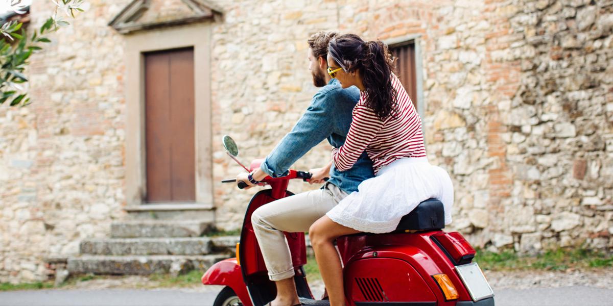 Para jedzie na skuterze