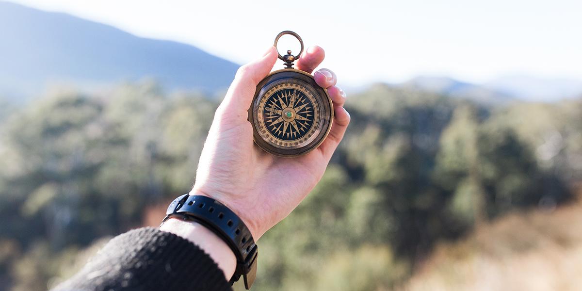 Kompas trzymany w dłoni