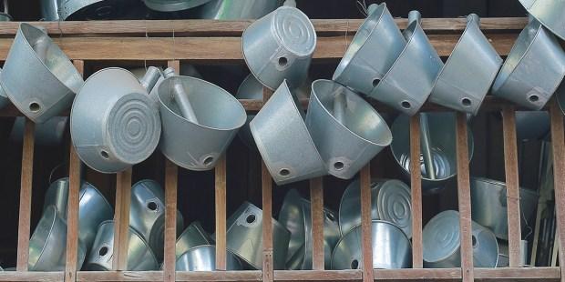 Kolekcja dziurawych garnków i wiader