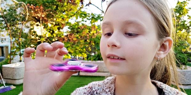 Dziewczynka i jej fidget spinner